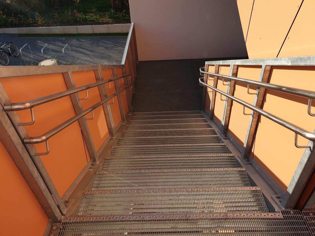 Geländer mit Handlauf der Außentreppe, Zwischenpodest