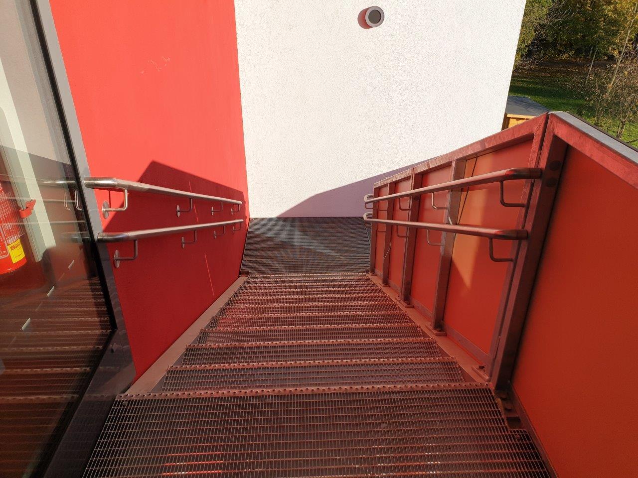 Geländer mit Handlauf der Außentreppe, 2. OG